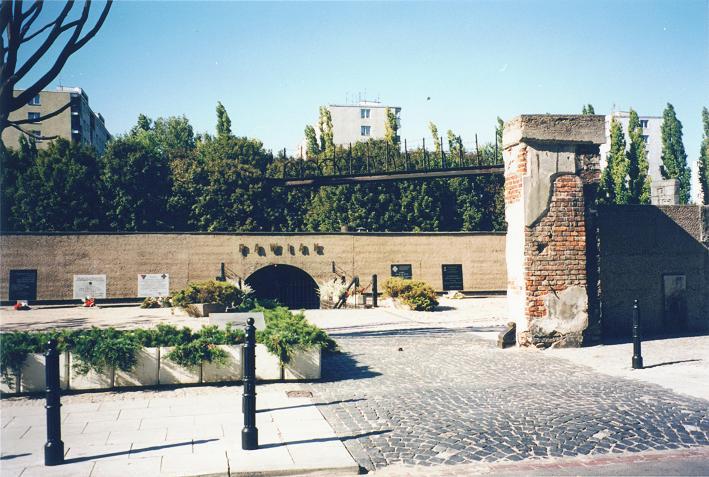 Museet, ruiner efter den f.d. entrén finns kvar