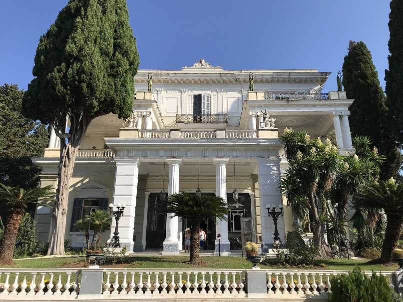 Huvudingången till palatset