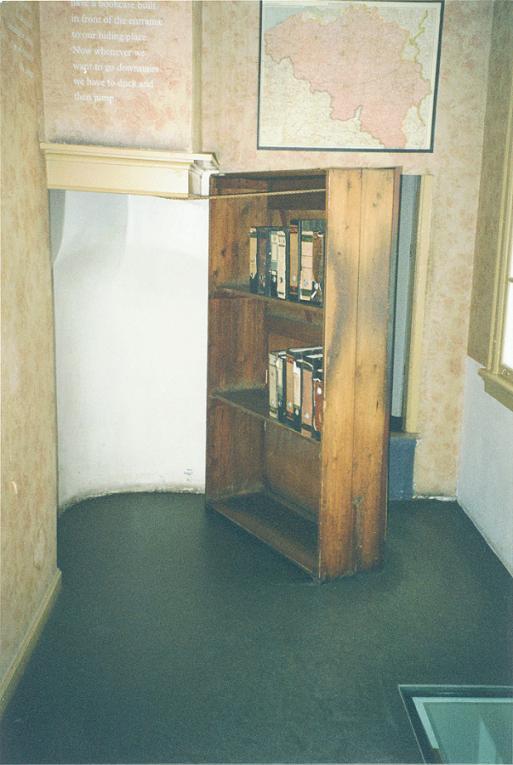 Lönndörr till gömstället inuti huset