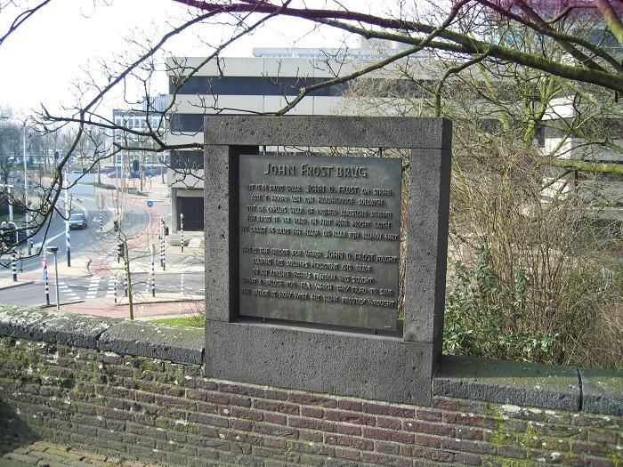 Minnesplakat vid John Frost bron