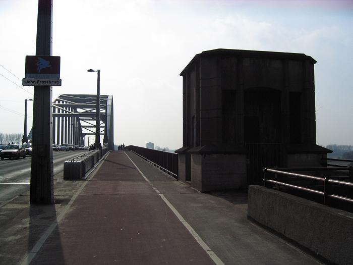 John Frost bron. Till höger finns det ytterligare ett minnesplakat över slaget om Arnhem (bron)