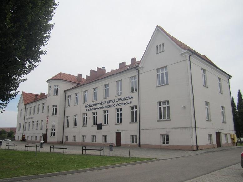 F.d Polish State Tobacco Monopoly - Här inhystes de första 728 fångarna när de anlände till Auschwitz den 14 juni 1940. Byggnaden ligger strax utanför lägret och är en skola och inte en del utav museet.