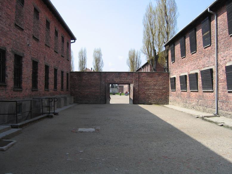 Gården mellan block 10 och 11 där fångar sköts eller hängdes