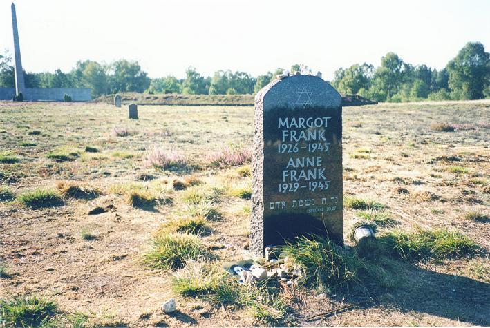 Systrarna Franks symboliska gravsten på lägerområdet