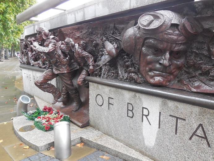 Battle of Britain monument längs Themsen vid Embankment, centrala London