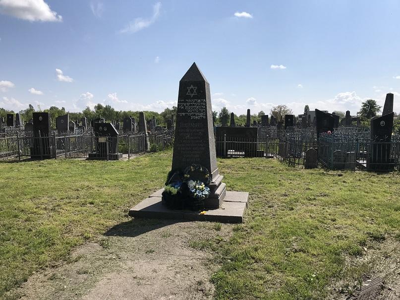 Minnesmonument på den judiska kyrkogården (49°54'34.02 N 28°35'16.06 E)