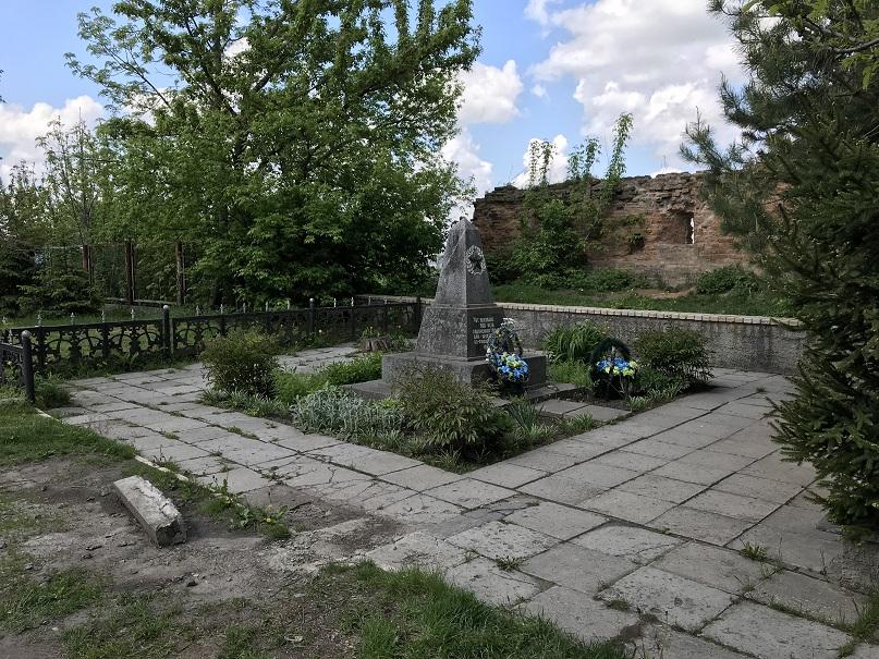 Minnesmonument på klostergården (49°53'52.13 N 28°34'26.26 E)