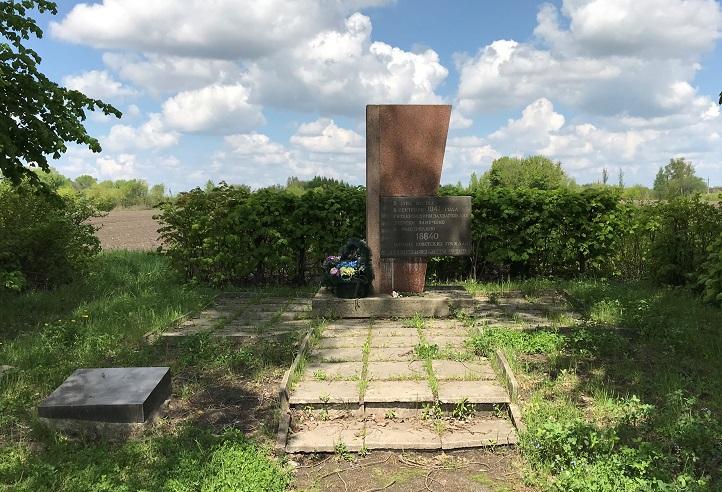 Minnesmonument utanför Berdychiv (49°53'15.83 N 28°32'24.90 E)