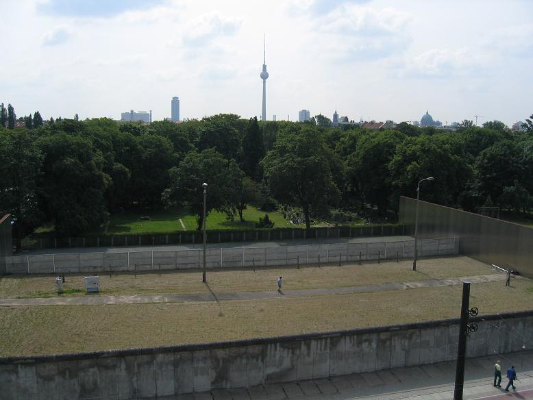 På östsidan patrullerade östtyska soldater på den lilla gångvägen som löpte längs med muren
