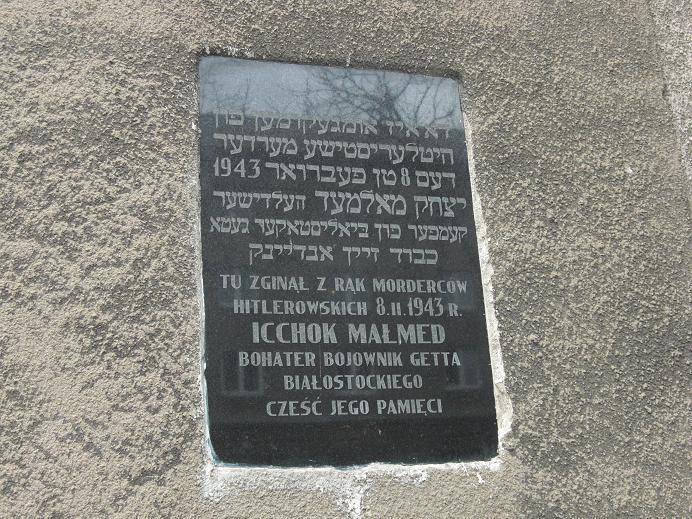Minnestavla för Icchok Malmed på väggen där gettots judiska råd fanns