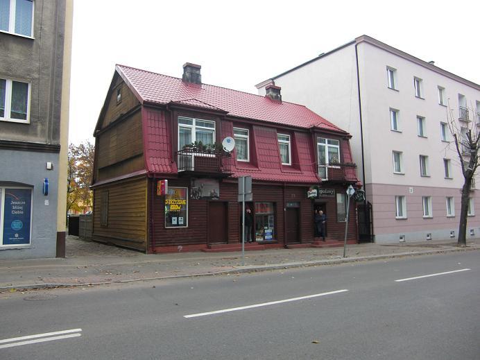 Hus från gettots tid som blivit kvar mellan två bostadshus som byggdes efter kriget