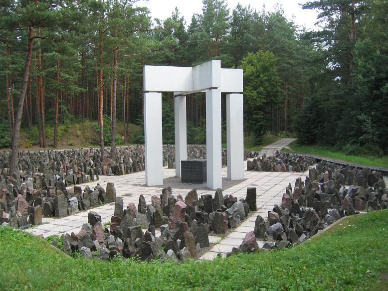 Minnesmonument i skogen vid Bikernieki