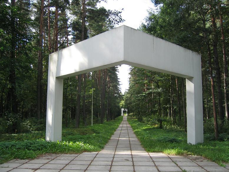 Ingången till memorialet i Bikernieki