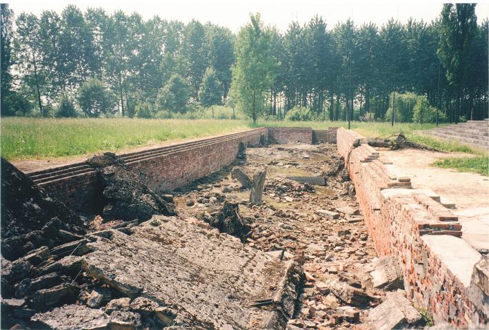 Ruiner efter omklädningsrum i krematorium II