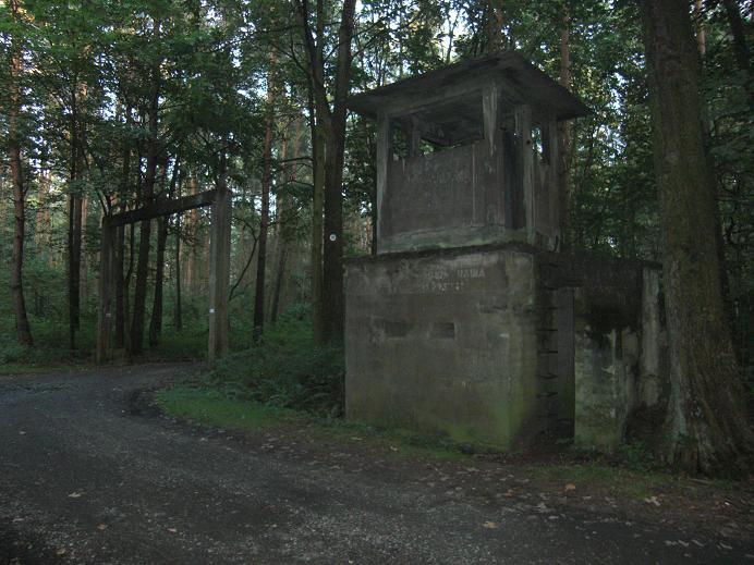 Den ena av två lägerentréer och ett av flera vakttorn