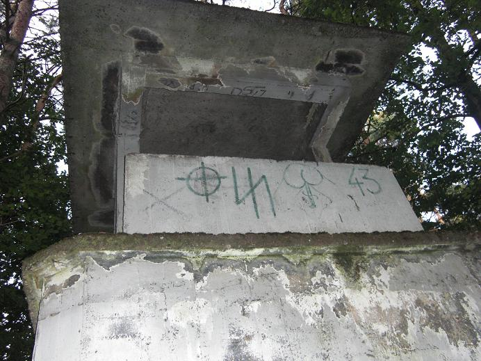 Vakttorn klottrat med nazistiska symboler