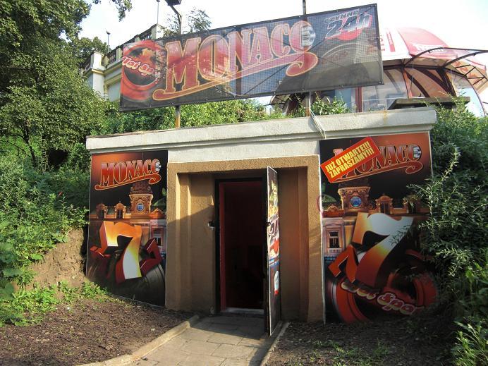 Ingång till en av bunkrarna på Partisan Hill (2009 ett litet kasino)