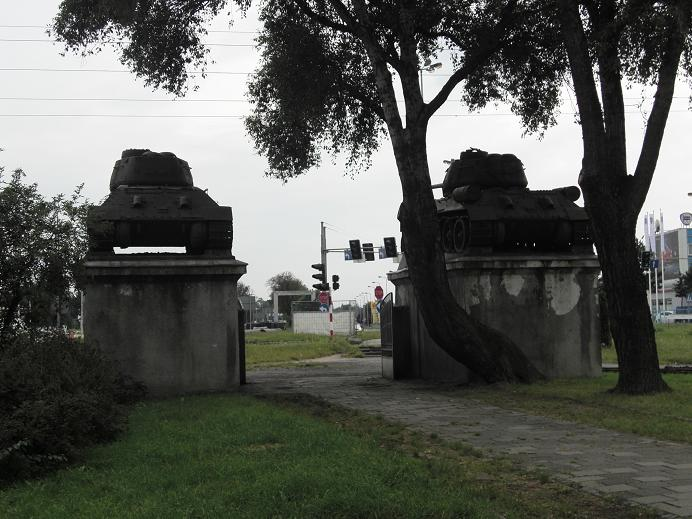 En av tre entréer till den sovjetiska krigskyrkogården (sett från insidan)