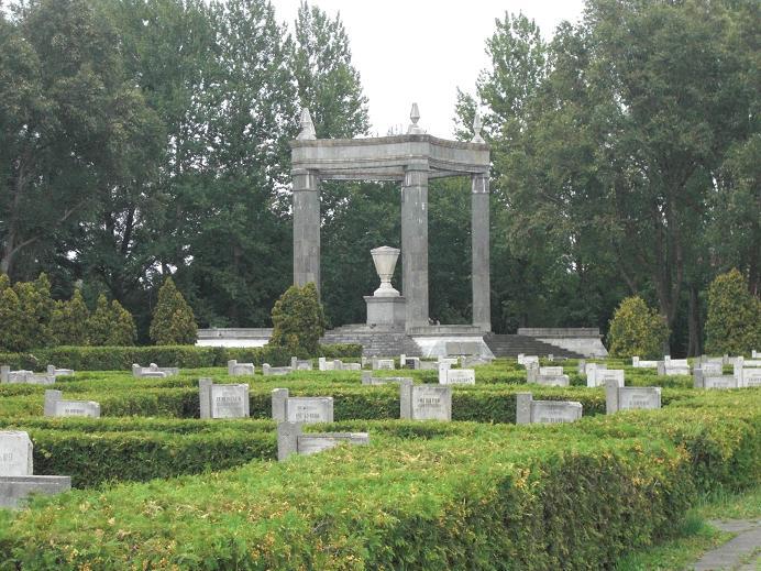 Minnesmonument inne på den sovjetiska krigskyrkogården