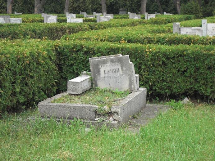 Förfallen grav på den sovjetiska krigskyrkogården