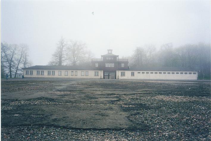 Lägerentrén sett från apellplatsen