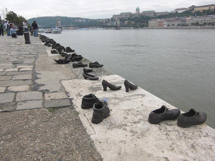 Minnesmonument över de judar som mördades vid Donaus stränder