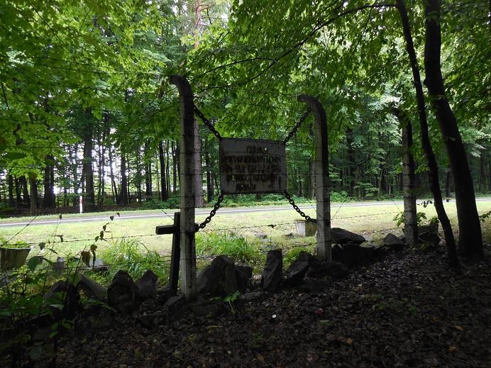 Minnesmonument uppsatt mellan två lägerstolpar