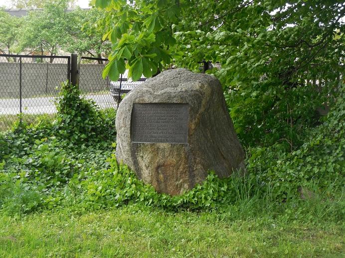Minnesmonument vid den f.d. stationen i Powiercie varifrån judarna tvingades att gå till en kvarn i Zawadka för att övernatta