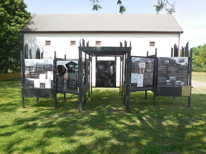 Hauslager: Utställning utanför ladan