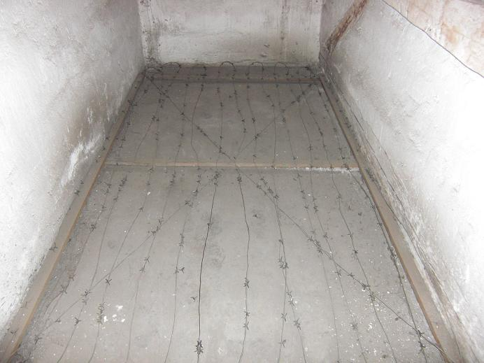 Taggtråd på golvet i en straffcell