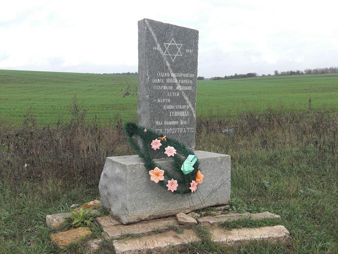 Minnesmonument på platsen för massakern