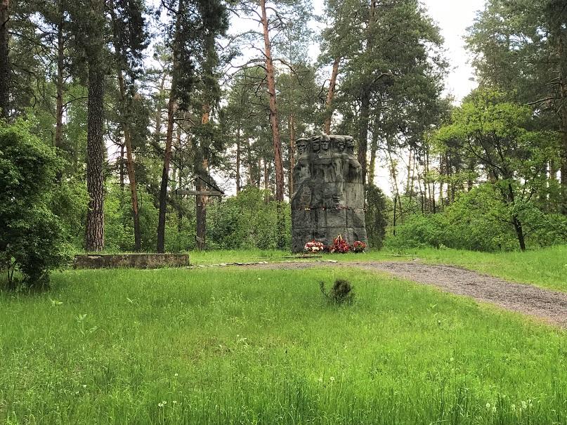 Minnesmonument i skogen