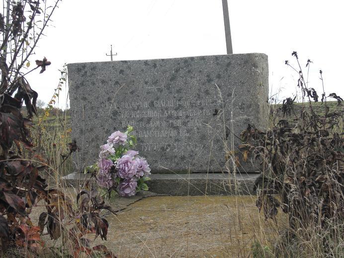 Minnesmonument vid platsen för massakern strax utanför staden
