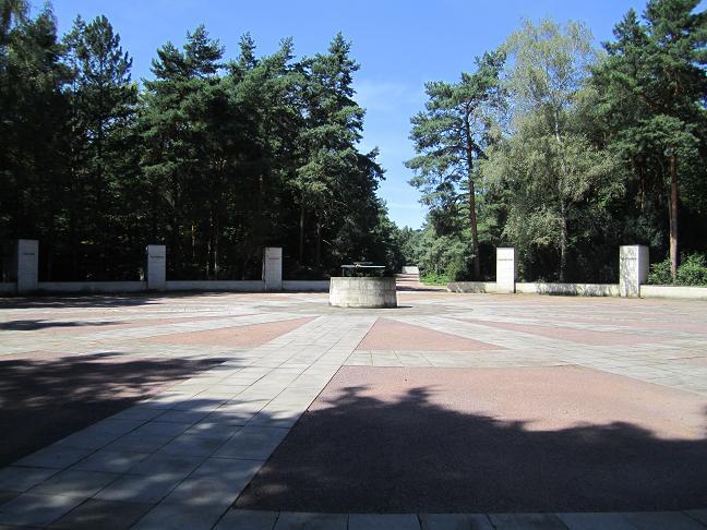 Minnesmonument vid massgravarna på Heidekyrkogården där tusentals av offren från bombräden begravdes. Monumentet som syns i bakgrunden är tillägnat bomboffren den 13 - 14 februari.