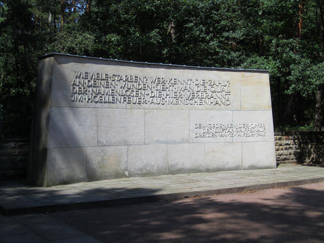 Heidekyrkogården - Minnesmonument för offren vid bombräden den 13 - 14 februari 1945