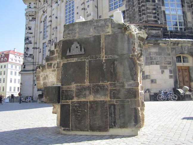 Bevarad ruin av den gamla Frauenkirche (står intill den återuppbyggda Frauenkirche)