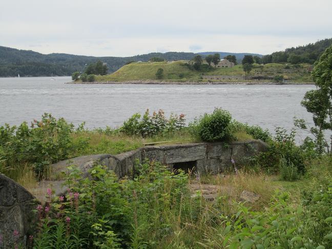 Oscarborgs fästning med Husviks batteri i förgrunden, det senare som slogs ut av Blücher