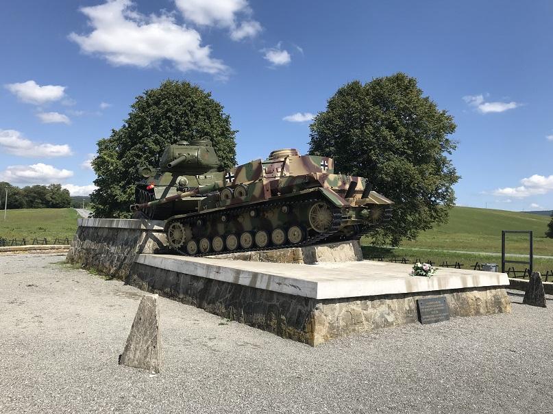 Monument, Kapisova