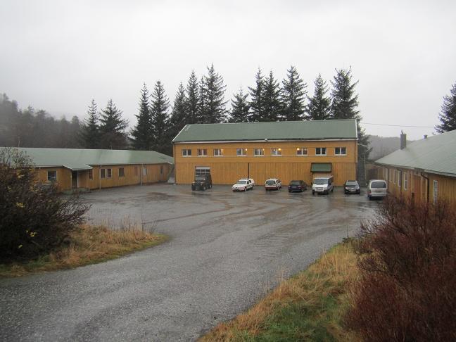 Till höger kommendanturen, i mitten logement för vaktmanskap, till vänster garage