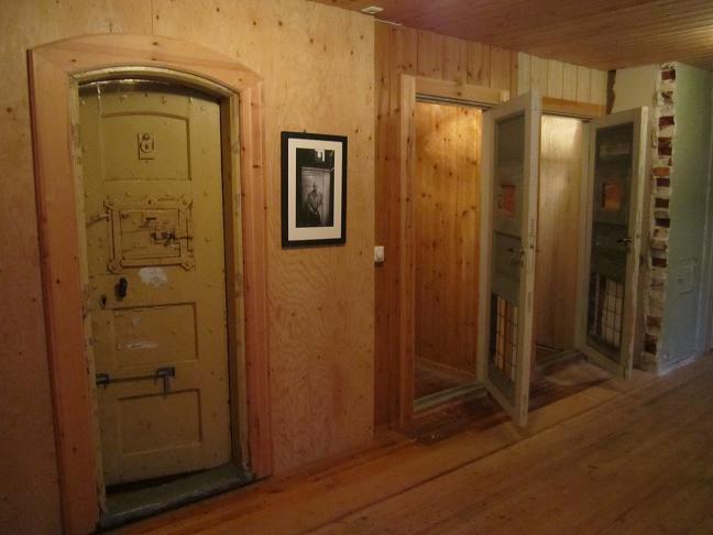 Rekonstruerade fångceller i den manliga encellsbaracken (dörren till vänster är en originaldörr från kretsfängelset i Bergen)