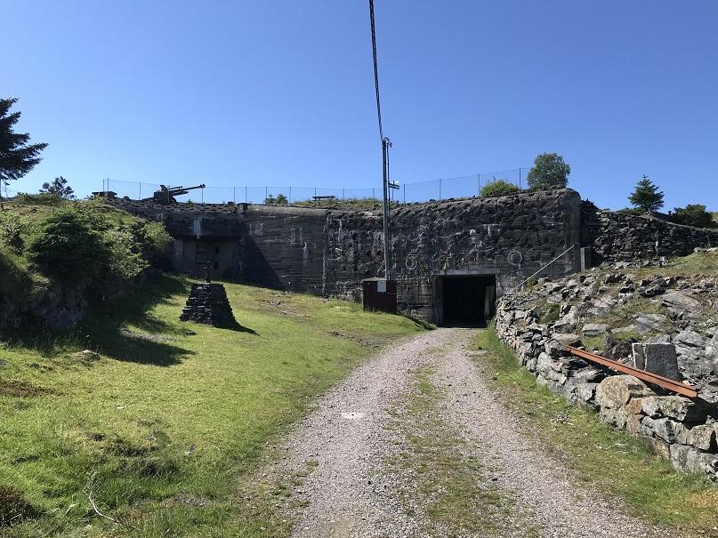 I mitten på bilden till vänster syns minnesmonumentet för de krigsfångar som byggde fästningen