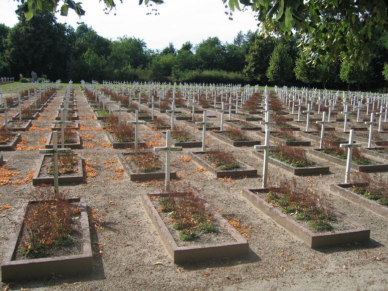Kyrkogård intill ladan där de som mördades ligger begravda