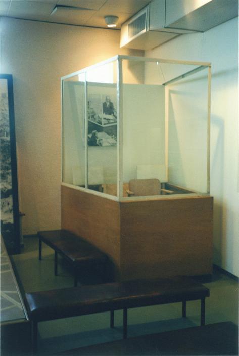 Buren som Eichmann satt i under rättegången