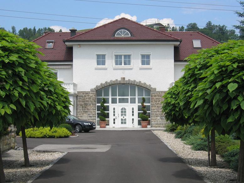 Den fd lägerentrén och kommendanturen är idag en finare villa i privat ägo