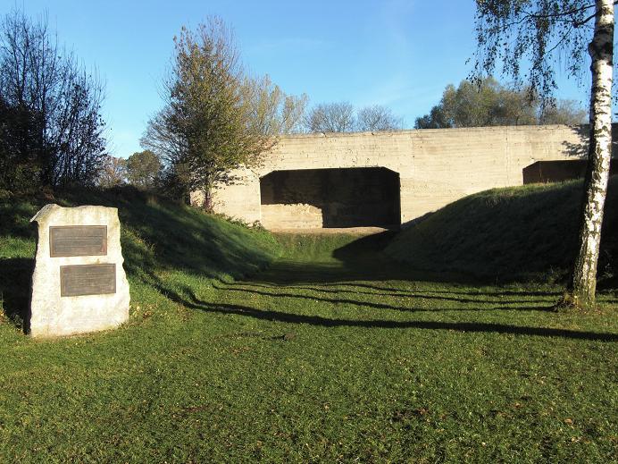 Den vänstra korthållsbanan där de sovjetiska krigsfångarna mördades