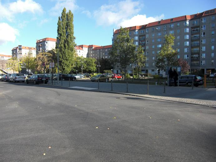 Exakt vart Hitler och hans hustru kremerades är svårt att veta, men nödutgången som kropparna bars ut ifrån och kremerades i närheten utav borde vara vid trottoaren i mitten på bilden.