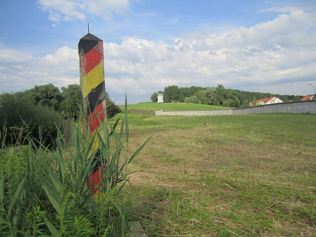 Gränsstolpe - Muren, vakttornet och husen låg i Östtyskland