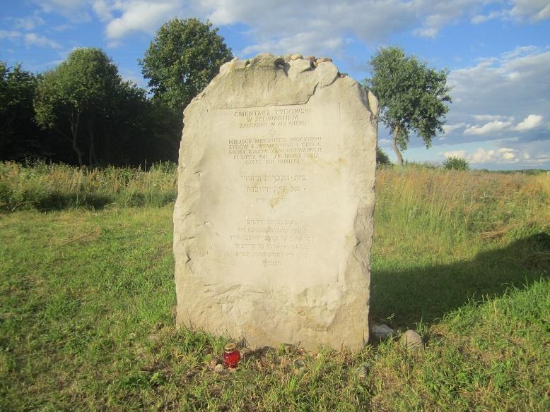 Det nya monumentet vid graven intill ladan