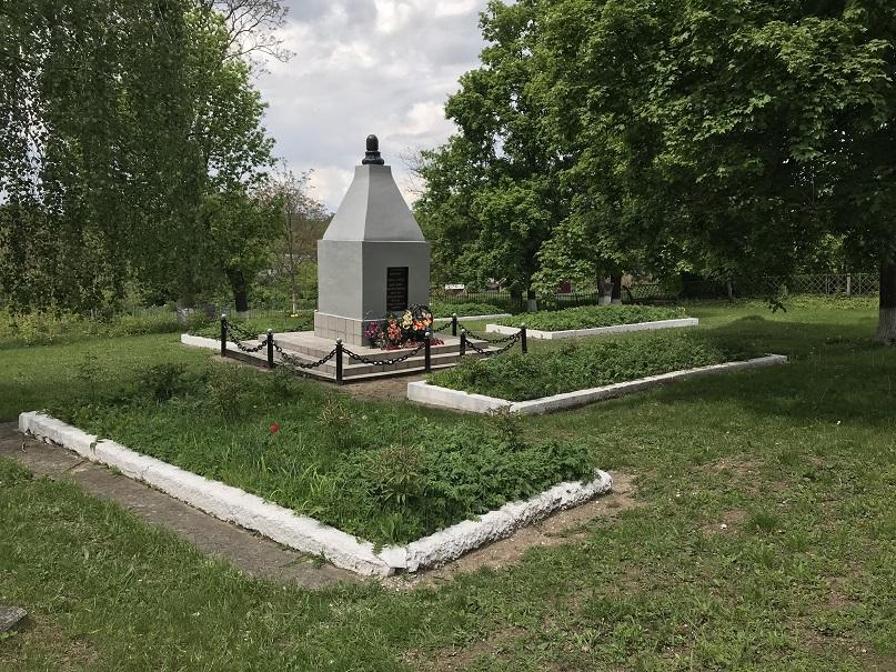 Minnesmonument på den judiska kyrkogården (48°41'47.63 N 26°33'38.92 E)