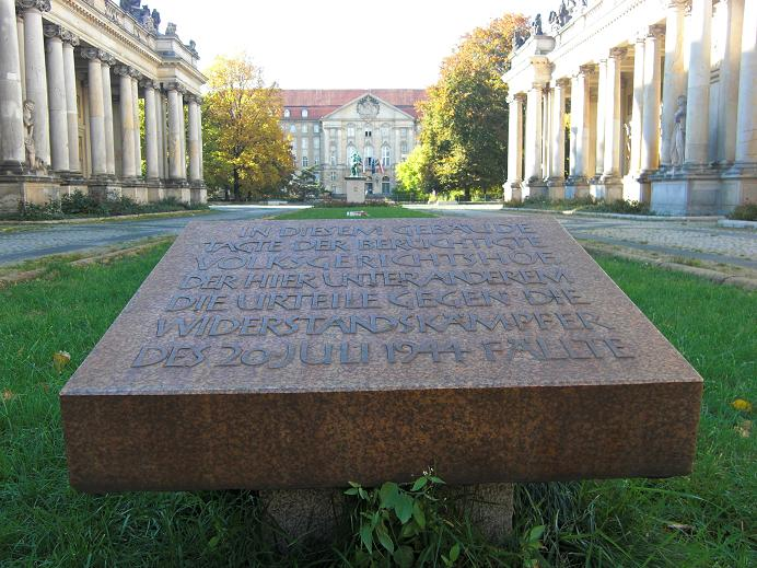 Minnesmonument i Kleistpark. Kammergericht syns längs fram på bilden